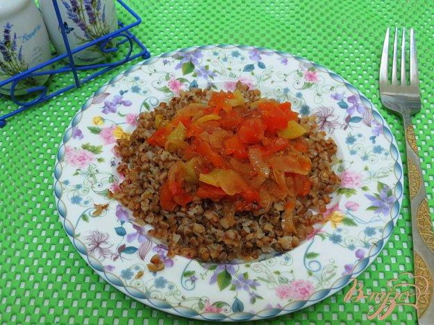 фото рецепта: Гречневая каша с помидорами, луком и перцем.