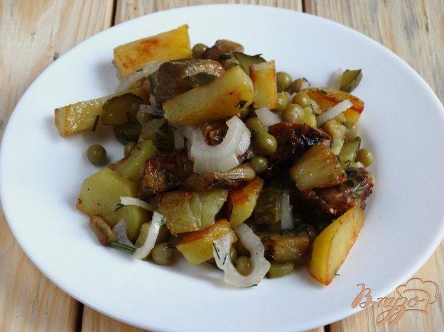 фото рецепта: Теплый салат с баклажанами, картофелем и горошком