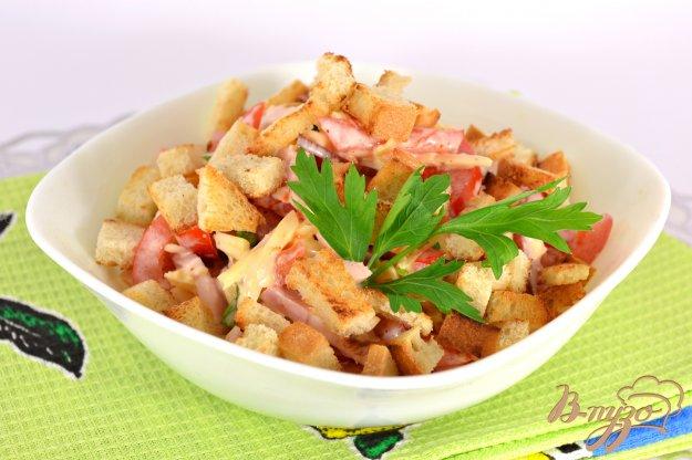 Салат с сухариками и копченой грудкой и помидорами