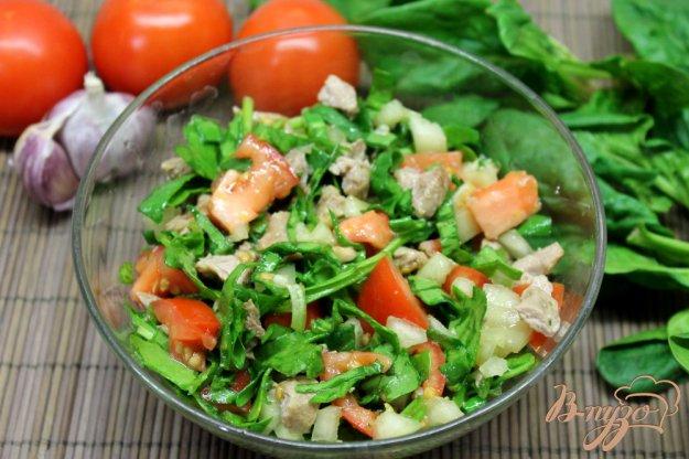 фото рецепта: Салат из помидор со свининой и шпинатом