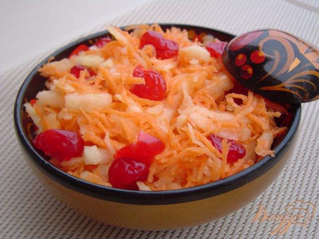 фото рецепта: Салат из моркови, яблок и вяленой вишни