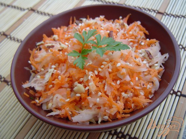 фото рецепта: Салат из моркови, квашеной капусты, орехов и кунжута
