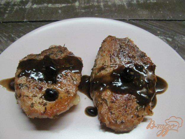 фото рецепта: Свиные медальоны под черничным соусом