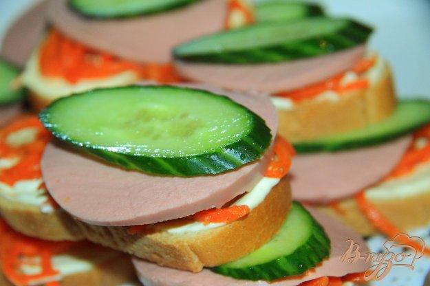 фото рецепта: Закусочные бутерброды с морковью по-корейски