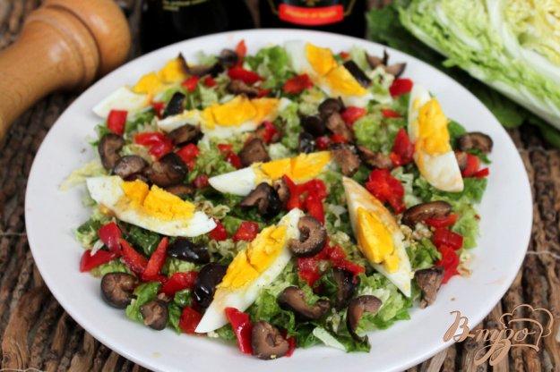 фото рецепта: Салат из пекинской капусты с оливками и яйцом