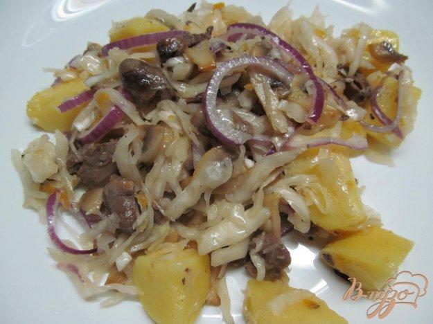 фото рецепта: Салат из квашеной капусты с куриными сердечками