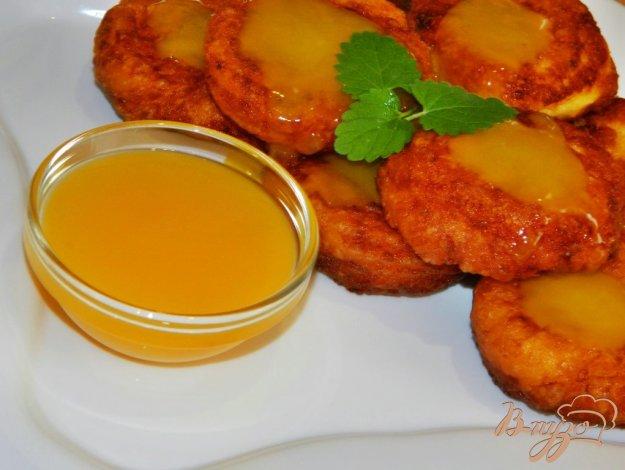 фото рецепта: Оранжевые сырники с апельсиновым соусом