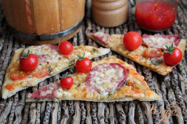 фото рецепта: Пицца с колбасой каперсами и помидорами