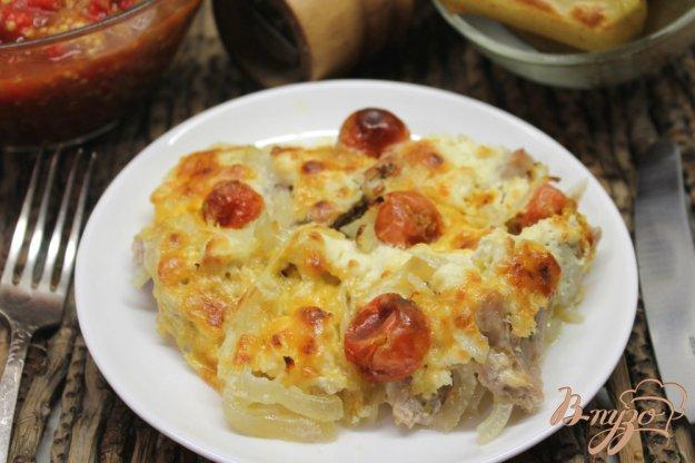 фото рецепта: Свинина запеченная с луком, сыром и помидорами черри