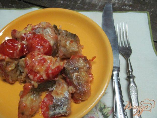 фото рецепта: Запеченный хек в паприке под помидором и сыром