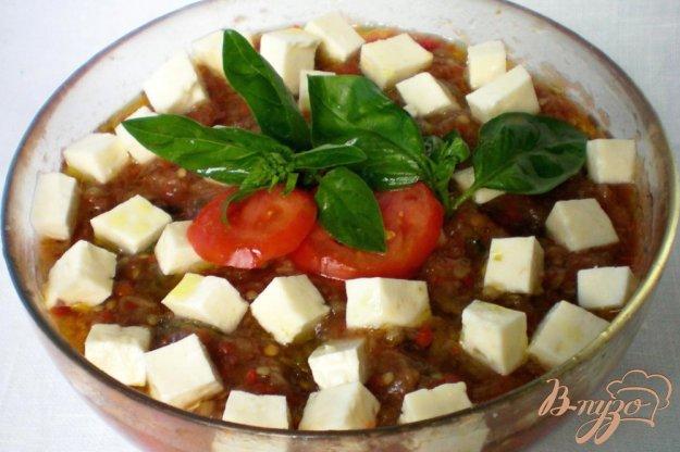 фото рецепта: Икра из печеных баклажанов и перцев, с брынзой и базиликом