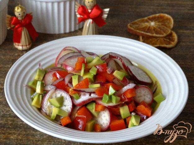 фото рецепта: Салат с авокадо, болгарским перцем и редисом