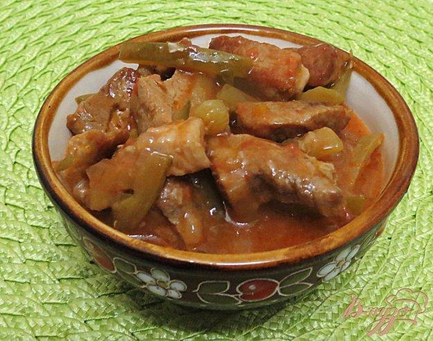 фото рецепта: Свинина с солёными огурцами и томатом