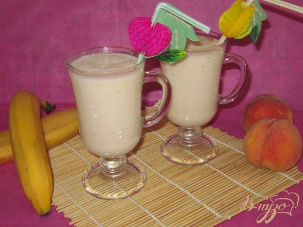 фото рецепта: Молочный коктейль с бананом и персиком