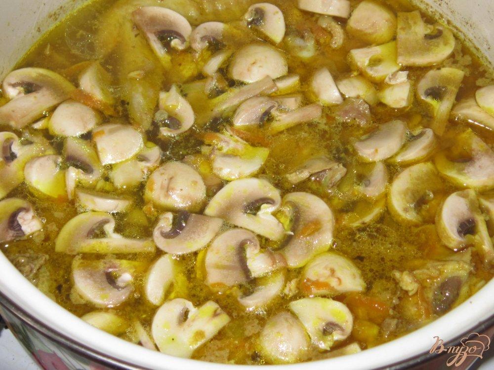 Фото приготовление рецепта: Плов с курицей и грибами шаг №7
