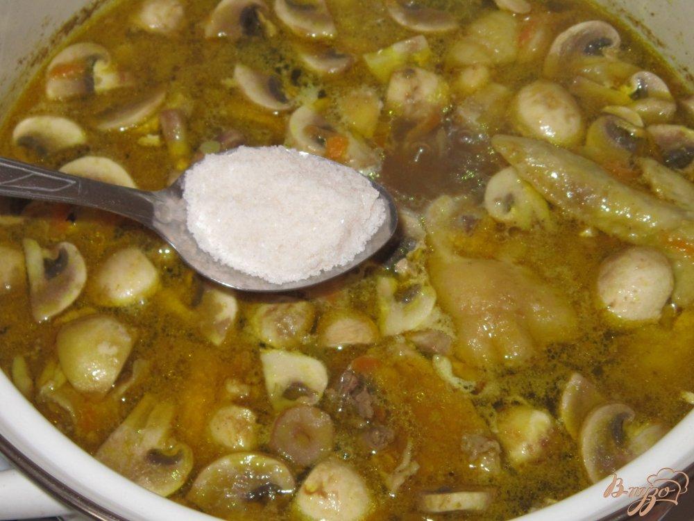 Фото приготовление рецепта: Плов с курицей и грибами шаг №8