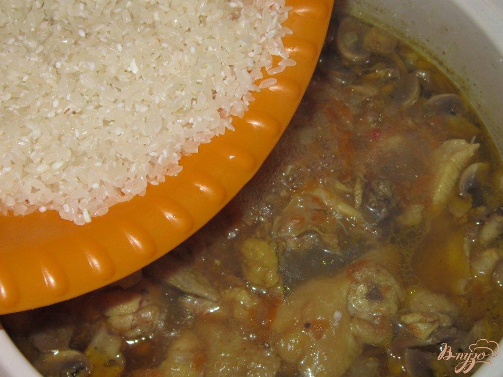 Фото приготовление рецепта: Плов с курицей и грибами шаг №10