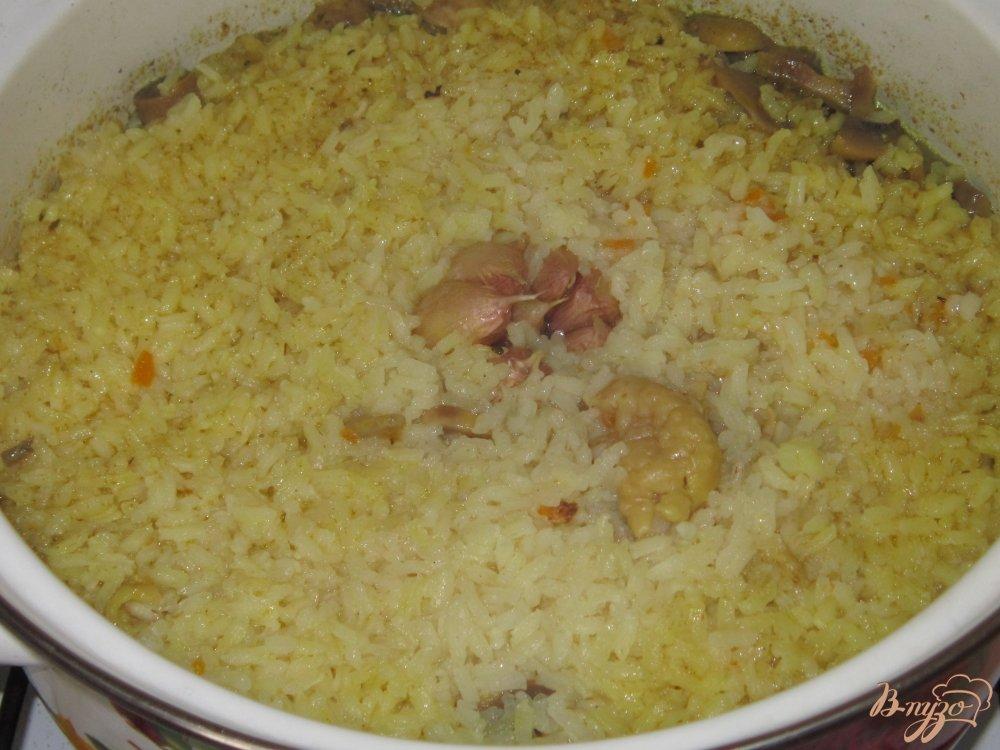 Фото приготовление рецепта: Плов с курицей и грибами шаг №13