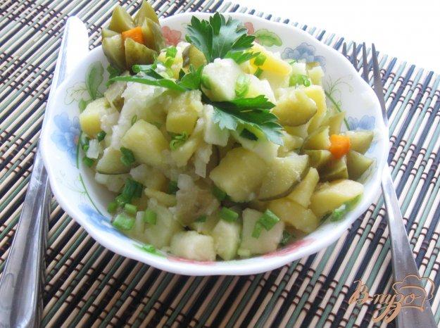 фото рецепта: Тёплый картофельный салат с яблоком и огурцом