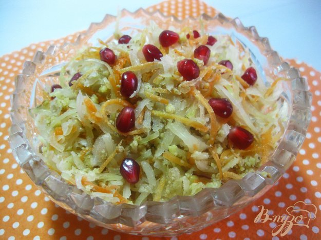 фото рецепта: Салат с квашеной капустой морковью и орехами
