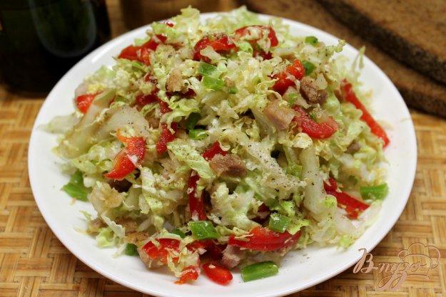 фото рецепта: Салат из пекинской капусты с бужениной, сыром и болгарским перцем