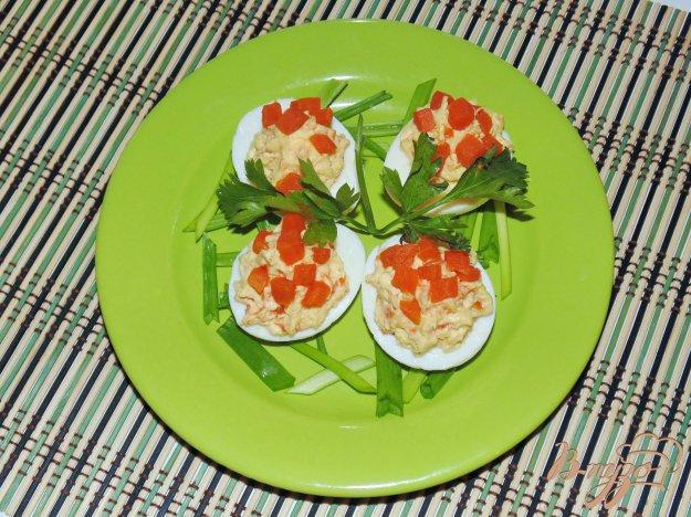 фото рецепта: Яйца фаршированные сыром и маринованным огурцом