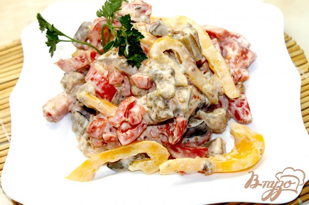 фото рецепта: Салат с сосисками и жаренными баклажанами