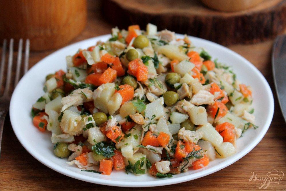 Салат с курицей и картошкой и яблоками в