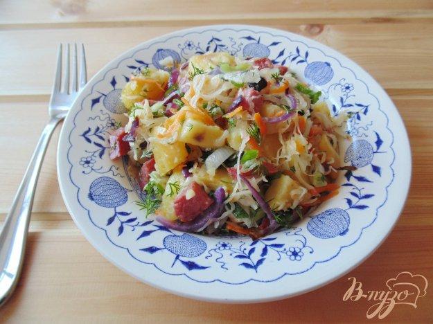 фото рецепта: Теплый салат с квашеной капустой и копченой колбасой