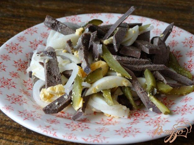фото рецепта: Салат с печенью и солеными огурцами