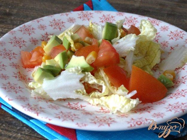 фото рецепта: Салат с авокадо, пекинской капустой и кукурузой