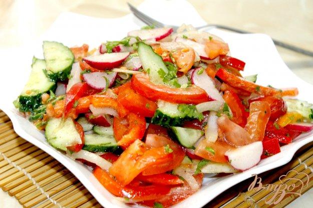 фото рецепта: Овощной салат с редисом  и маринованным луком