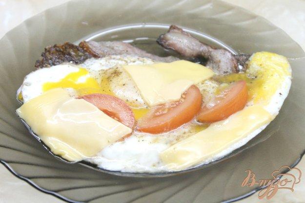 фото рецепта: Яичница на завтрак с беконом, сыром и помидорами