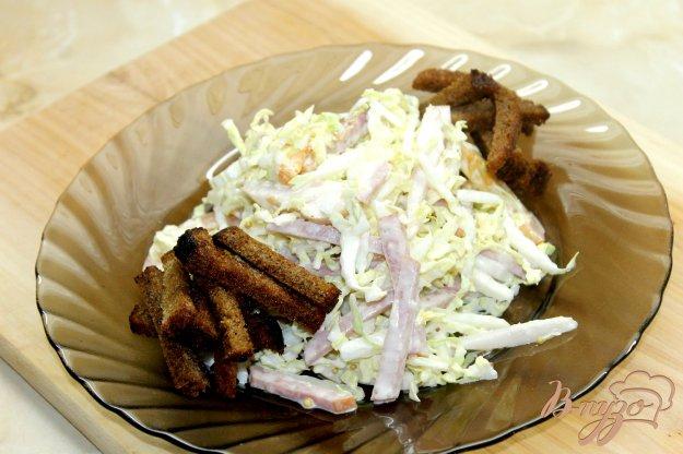 фото рецепта: Салат из капусты с ветчиной и сухариками