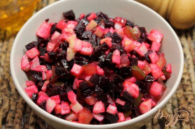 фото рецепта: Салат из печеной свеклы с огурцом, чесноком и яблоком