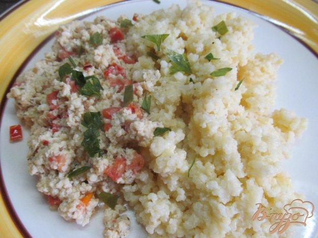 фото рецепта: Яичница болтунья с сыром и помидором