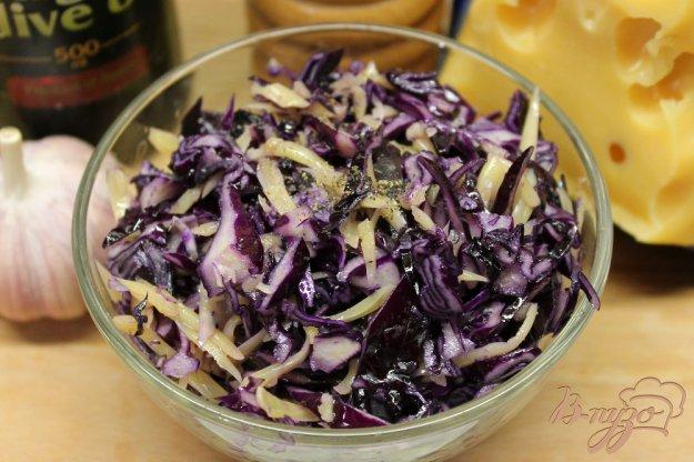 фото рецепта: Салат из краснокочанной капусты с чесноком и сыром