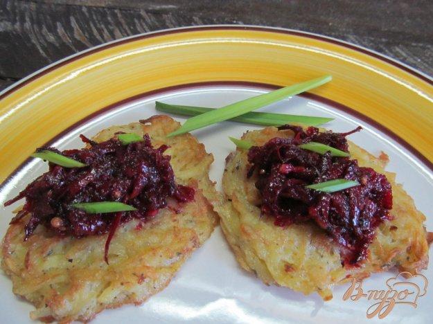 фото рецепта: Салат из свеклы на драниках