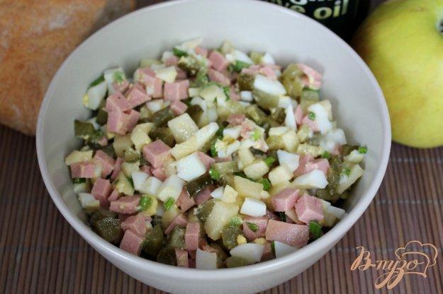 фото рецепта: Салат с квашенным огурцом, колбасой и яблоком