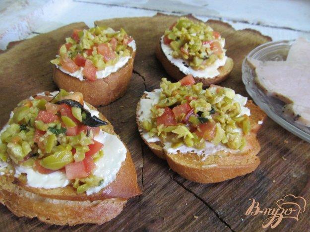 фото рецепта: Тартинки с тапенадой и помидором