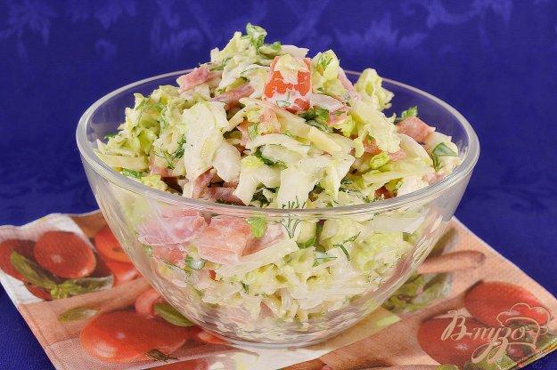 фото рецепта: Салат из пекинской капусты с колбасой, помидорами и сыром