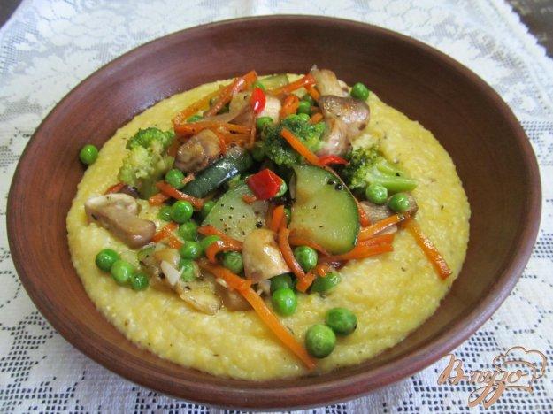 фото рецепта: Кукурузная каша с овощами и грибами