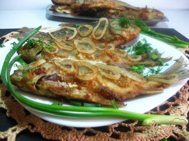фото рецепта: Караси жареные с луком в панировочных сухарях