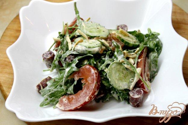 фото рецепта: Салат с рукколы, колбасок и помидоров
