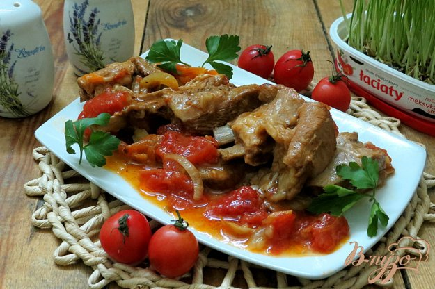 фото рецепта: Телячьи рёбрышки с луком и помидорами