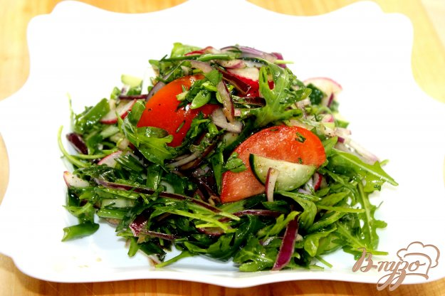 фото рецепта: Витаминный салат с весенней рукколой