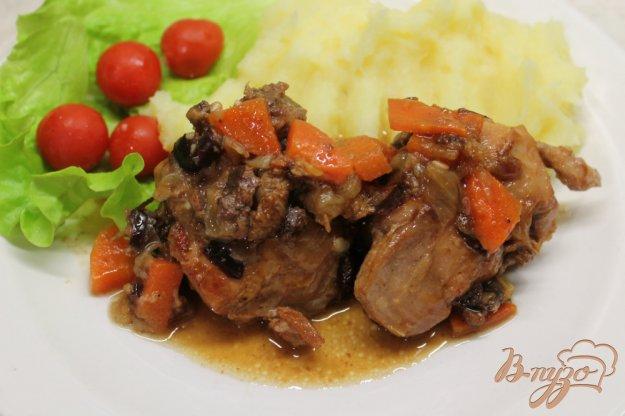 фото рецепта: Кролик с горчицей черносливом и чесноком