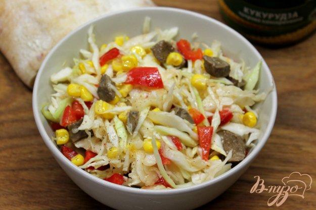 фото рецепта: Салат из капусты с кукурузой и печенью