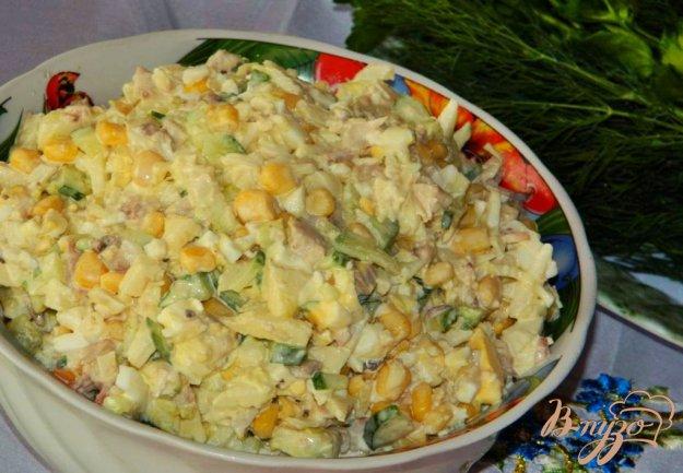 фото рецепта: Куриный салат с огурцами и кукурузой