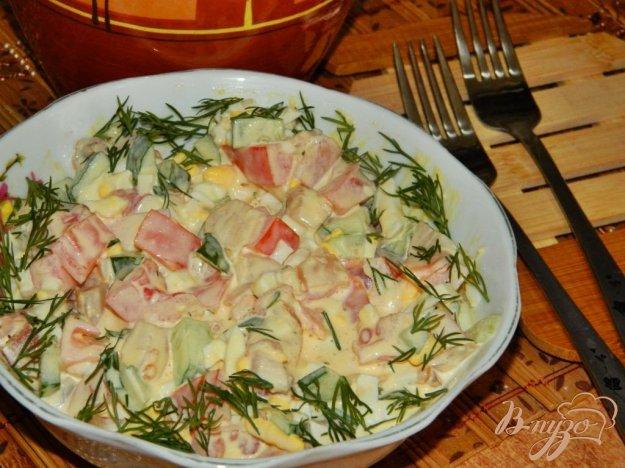фото рецепта: Салат с копченой рыбой и помидорами